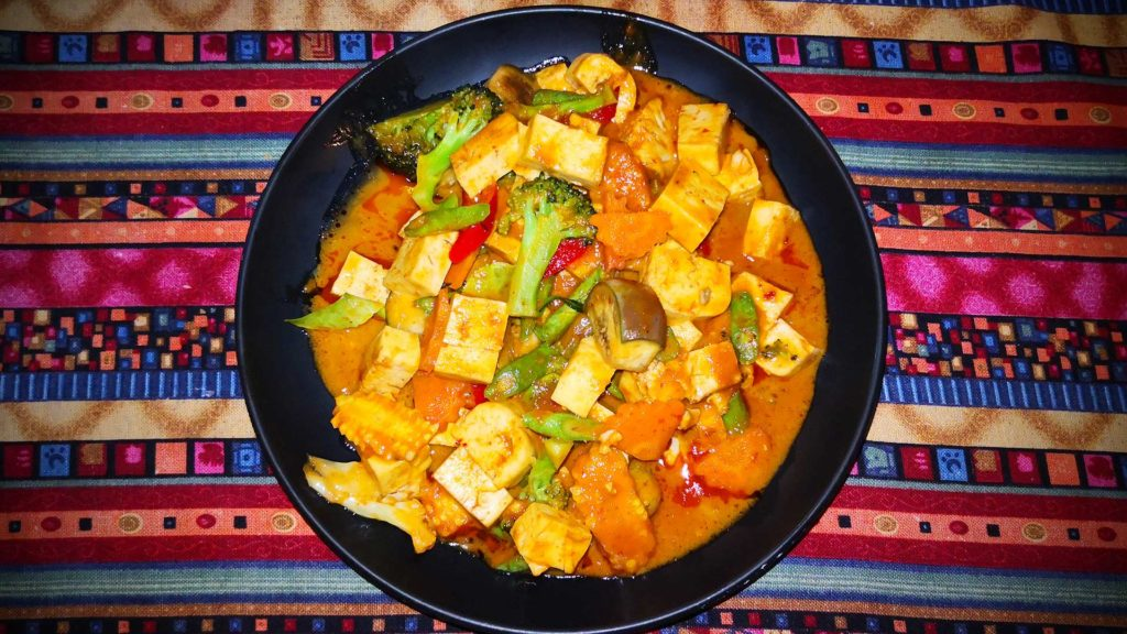 Rotes Curry mit Tofu (Red Curry Tofu) in Thailand
