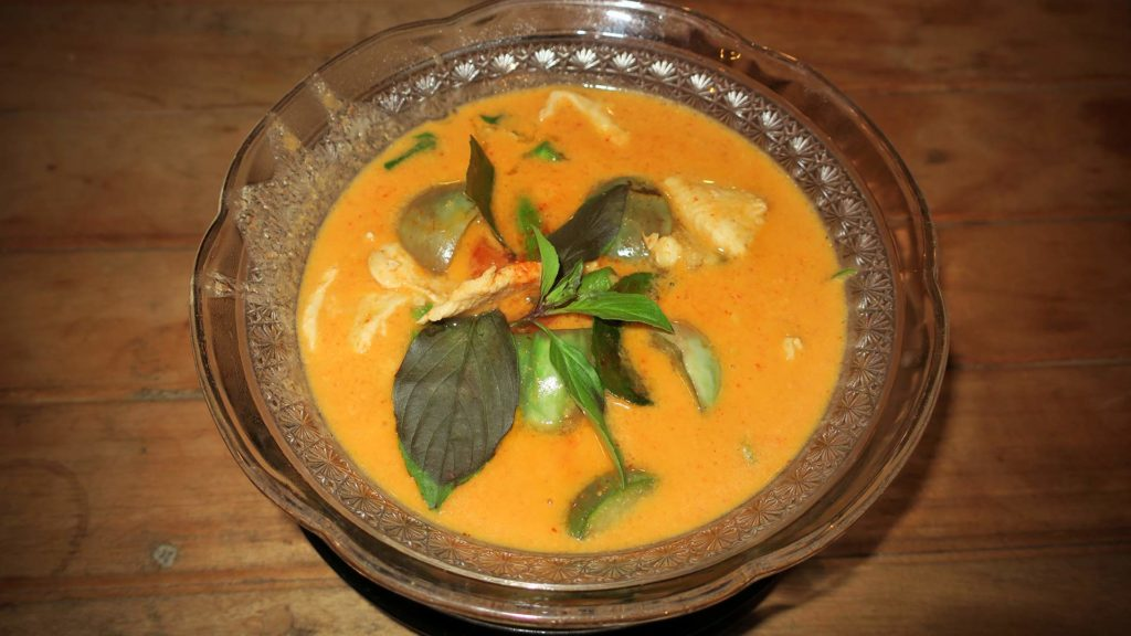 Rotes Curry mit Hähnchen (Red Curry Chicken) in Thailand