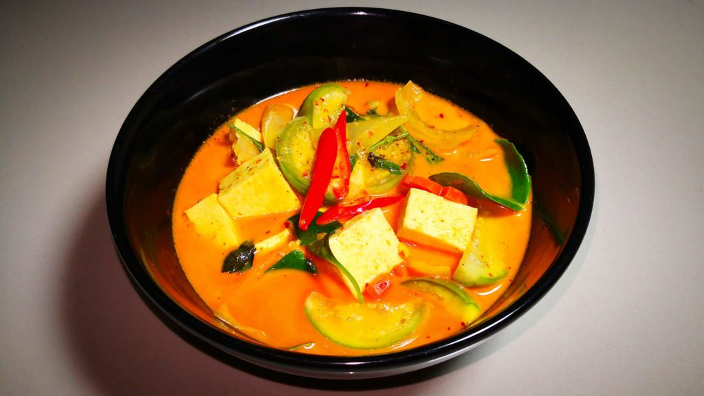 Das fertig gekochte rote Curry (Red Curry Tofu)